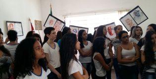 """Associação Pró-Memória recebe visita dos alunos da E.E. Dom Jaime de Barros Câmara para conhecer a Exposição """"CORES QUE CHORAM""""  da artista visual Julia da Silva Sardinha"""